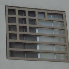 imagen de modelo de herrería contemporánea residencial Home Window Grill Design, Window Grill Design Modern, House Window Design, Balcony Grill Design, House Front Design, Steel Grill Design, Steel Gate Design, Door Gate Design, Facade Design