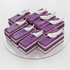 Purple cake, purple dessert, blackberry topping cake, purplecheese cake, – Appetizer Recipes - New ideas Mini Desserts, Purple Desserts, Beaux Desserts, Purple Cakes, Plated Desserts, Delicious Desserts, Mini Cakes, Cupcake Cakes, Patisserie Fine