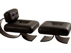 Década de 70 - A poltrona e o banco Easy foram desenhados nos anos 70 pelo arquiteto Oscar Niemeyer (1907-2012) e pela filha Anna Maria (1930-2002). Os móveis são estruturados em madeira (pés em arco) e couro