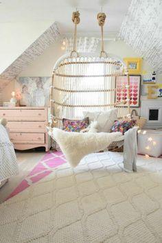 chambre rose et gris, fauteuil suspendu en rotin, meuble rose, chambre bébé sous combles, tapis en rose et blanc