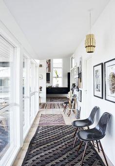 Kvinden bag firmaet Brandts Indoor, Sara Schmidt, er flyttet ud af byen og bor nu tæt på eng og skov i et spændende vinkelhus. Her kommer hendes etniske, nordiske stil til sin ret i en elegant sammensætning af møbler fra Afrikas kolonitid, egen kunst og hendes særlige kendetegn - kelim.