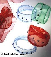 plastic bottle bangles/napkin rings etc using and iron to melt edges- use translate Plastic Bottle Crafts, Plastic Art, Recycle Plastic Bottles, Plastic Recycling, Recycled Art Projects, Recycled Crafts, Recycled Jewelry, Recycled Bottles, Master Class