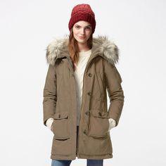 WOMEN ウルトラウォームダウンミリタリーコート ¥5,990(値下げ) +消費税 上質ダウン×機能中綿エアテックを使った、極暖アウター。どんなに寒い季節、寒い地でもしっかり包み込んで暖めます。ウエストにはゴムを入れて、女性らしい美しいシルエットで着こなせるようにしました。フード裏は毛足の長いボアフリースで首もとや耳までしっかり防寒。ポケット裏はヒートテックフリースで指先をやさしく暖かく包みます。表地は耐久撥水加工で多少の雨や雪をはじきます。