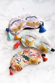 Make your own DIY Holly Golightly Sleep Masks with the supplies you may already own. Colourful tassels and pom poms, fringe, and fabric scraps are all you need! Source by semiglossdesign idea diy Crafts To Make, Fun Crafts, Arts And Crafts, Sewing Projects, Craft Projects, Holly Golightly, Weekend Crafts, Ideias Diy, Diy Couture