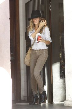 Sarah Jessica Parker Photos - A stylish Sarah Jessica Parker, wearing cuffed corduroy pants and a floppy hat, leaves her apartment building to head to a business meeting with a cup of joe in hand. - Sarah Jessica Parker Out and About New Fashion Trends, Love Fashion, Autumn Fashion, Fashion Looks, Fashion Design, Tokyo Fashion, Sarah Jessica Parker, Love Her Style, Style And Grace