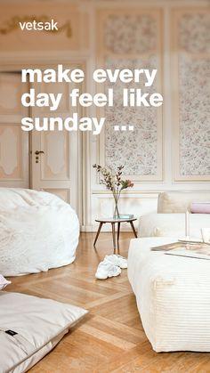 Cozy Living Rooms, Home Living Room, Green Design, Appartement Design, Comfortable Clothes, Studio Apartment Decorating, Home Decor Hacks, Warm Colors, Home Decor Inspiration