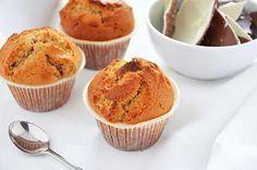 La ricetta dei muffin con cioccolato kinder è perfetta per la merenda o la colazione dei bambini. Ho realizzato questi muffin per utilizzare il cioccolato kinder delle uova di Pasqua ma va bene anche quello delle barrette.