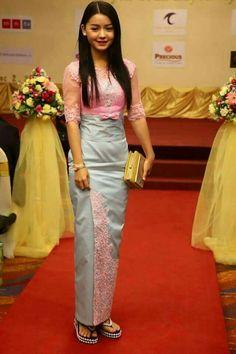 Myanmar dress Kebaya Lace, Kebaya Dress, Myanmar Traditional Dress, Traditional Dresses, Thai Style, Fashion History, Bellisima, Asian Beauty, Lace Dress