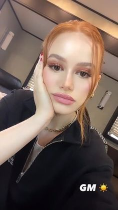 Hair Ponytail Styles, Ponytail Hairstyles, Hair Styles, Riverdale Funny, Riverdale Cast, Madelaine Petsch, Celebrity Look, Celebrity Crush, Hispanic Girls