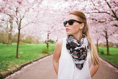 Een sjaal is dé manier om je outfit af te maken. Het zorgt ervoor dat zelfs een simpel jurkje er al snel aangekleed uitziet. Helemaal als je hem eens een keer anders knoopt. Hoe? Deze video geeft je maar liefst 25 opties! Een sjaal als blikvanger Een sjaal kan net als sieraden of make-up elke…