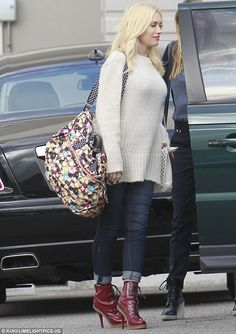 Gwen Stefani wearing L. Patent Lace Up Platform Boots, Paige Skyline Maternity Jeans in Carson, Stella McCartney Bag and Superdry Super Slouchy Jumper in Cream. Fashion Line, Dark Fashion, Street Fashion, Maternity Jeans, Maternity Fashion, Chic Maternity, Pregnancy Outfits, Pregnancy Fashion, Pregnancy Style