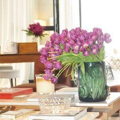 Um belo arranjo floral renova o astral  da casa amo e não deixo faltar na minha. Este de Tulipas roxas estavam no ambiente  de @dadocb na CasaCor. #decor #olioliteam #olioli #tulipas #arranjodeflores #casaflorida #dicasdaale