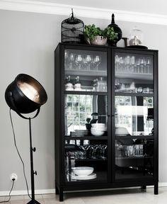 Bewaar je servies in een oude servieskast of buffetkast of gebruik een moderne vitrinekast voor je servies. Je mooie serviesgoed mag gezien worden in de keuken!