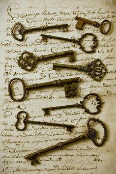 Love old keys! --Old keys framed on an old letter. Maybe put in a shadow box or find a bunch of old keys and do something original with them. Under Lock And Key, Key Lock, Knobs And Knockers, Door Knobs, Cles Antiques, Old Letters, Old Keys, Antique Keys, Antique Safe