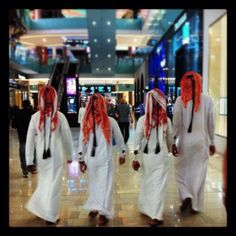 Men in Dubaï mall (by S.W.)