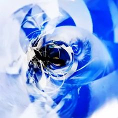 Lost Horizon. Aus der Serie Pathfinder. 2013 - 2016 Rotierende Raumcollage aus Draht, Papier, Klebeband, Schnur,  digital Druck und Schwarzlicht Augmented VR Skulptur, Objekt, Video, Installation, Fotografie Markus Wintersberger 2013 - 2016  #markuswintersberger #medienwerkstatt006 #losthorizon #pathfinder #skulpturinbewegung #raumzeichnung #blinderfleck #imagination #mnemosyne #raumcollage #apollo #musensitz #erinnerung #hieronymusbosch #vienna #austria #vr360 #ricohthetas #mcescher #orfeus