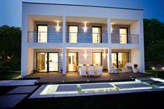 Neben Funktion und Design ist der Umweltaspekt eine weitere Komponente, die dieses Haus maßgeblich mitgestaltet und dem Wunsch nach zeitgemäßem Wohnen nachkommt!