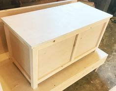 Free building plans to make your own DIY storage chest that is the perfect size for an entryway storage bench, end of the bed trunk or a toy box for kids! Diy Storage Bench, Wood Storage Box, Entryway Storage, Storage Chest, Outdoor Storage, Storage Ideas, Blanket Storage, Woodworking Box, Easy Woodworking Projects