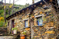 Foz d'Égua não é tão conhecida, mas bastava a beleza natural de ser o ponto de encontro das ribeiras de Chãs e do Piódão, com duas pontes de pedra, para merecer a visita.