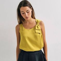 Blusa mostaza sin mangas con detalle de moño en el hombro / blouse mustard yellow with bow in the shoulder Blouse Styles, Blouse Designs, Diy Vetement, Fashion Details, Fashion Design, Couture Sewing, Couture Tops, Mode Outfits, Mode Inspiration
