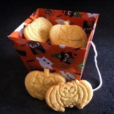 Dolcetto o scherzetto? Per non trovarsi impreparati nell'imminente notte di Halloween vi propongo la ricetta dei biscotti di Halloween i cui ingredienti principali sono: il burro, le mandorle e tanto amore. Buon Halloween!