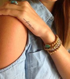 """""""Free"""" tatuado nas costas da mão."""