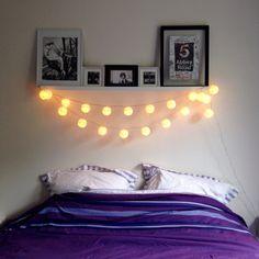 Tête de lit étagère, cadres et guirlande lumineuse