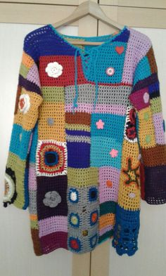 This Pin was discovered by AYN Crochet Coat, Crochet Blouse, Crochet Clothes, Moda Crochet, Hippie Crochet, Crochet Patterns For Beginners, Warm Outfits, Beautiful Crochet, Shawls And Wraps