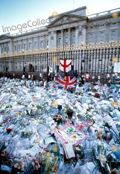 9-5-1997 Mourners and Flowers Tribute at Buckingham Palace , Kensington Palace in London Princess Diana Funeral Photo by: Dave Chancellor-alpha-Globe Photos Inc