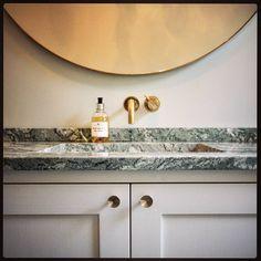 Platsbyggd badrumskommod med stenskiva av Brännlycka-marmor. #badrumskommod #finsnickeri #shaker #torstengrunkab #platsbyggt #handfat #badrum #connymoquist