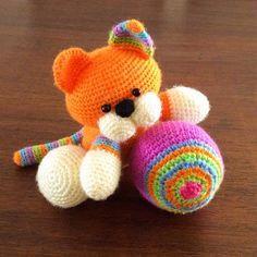 Un lindo gatito jugando con la pelota de lana!El paso a paso del gatito y la pelota tejidos a crochet están en nuestra página web!.