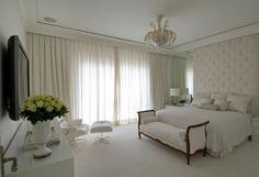 Quarto de casal branco com poltrona Charles Eames de Quarto de Roberto Migotto - Viva Decora