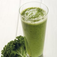 Super healthy brekkie for on-the-go: Kale and Pineapple Detox Smoothie - Smoothies Diet Weight Loss Low Calorie Smoothies, Diet Smoothie Recipes, Nutribullet Recipes, Smoothie Cleanse, Cleanse Diet, Smoothie Drinks, Healthy Smoothies, Healthy Drinks, Diet Recipes