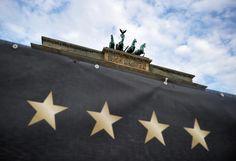 Vier Sterne: Das Brandenburger Tor hat ein neues Wahrzeichen bekommen. Die vier Sterne für die Weltmeister-Titel der deutschen Fußball-Elf bleiben aber wahrscheinlich nur für die Weltmeisterfeier hängen. Mehr Bilder des Tages auf: http://www.nachrichten.at/nachrichten/bilder_des_tages/cme10133,1099208 (Bild: dpa)