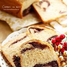 Cozonac pufos cu nuca - www.lauraadmache.ro Pasta Recipes, Baking Recipes, Romanian Food, Sweet Bread, Dessert Bars, Food Design, Baked Goods, French Toast, Deserts