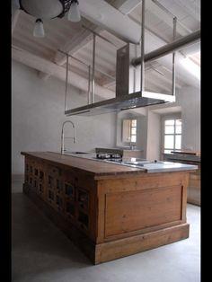 Droom! Oude toonbank als keukeneiland! Kijk eens bij Old Basics, daar hebben ze regelmatig unieke oude exemplaren!