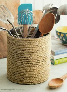 Love this idea for the Destiny! I'd use a container that wouldn't rust instead of a can. Rope Crafts, Diy Home Crafts, Recycled Crafts, Diy Home Decor, Plastic Container Crafts, Rope Decor, Tin Can Crafts, Crochet Flower Tutorial, Seaside Decor