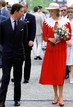 If Diana were alive, she would be the best-dressed princess in the wor Blue Sequin Dress, Pink Floral Dress, Metallic Dress, Prince And Princess, Princess Of Wales, Royal Blue Skirts, Princess Diana Fashion, Charles And Diana, Prince Charles
