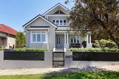 Render colour Bungalow Exterior, Bungalow Renovation, Bungalow Ideas, House Exterior Color Schemes, House Paint Exterior, Facade Design, Exterior Design, House Design, Style At Home