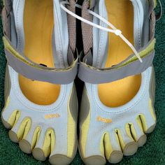 Vibram Fivefingers Barefoot Vibram Five Finger Toe Really nice - right heel has a little worn spot, see last pic. Light blue, green and Gray. Vibram Shoes Athletic Shoes