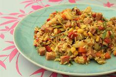 Ingrediënten: 1 zakje panklare gestoomde witte rijst (toverrijst, Lassie) 1 klein blikje maïs 1 rode puntpaprika 1 kleine wortel 100 gram voorgesneden snijbonen 1 sjalot 1/2 prei 2 stengels bosui 1…
