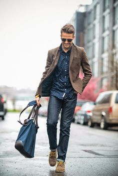 Blue jeans, dotted shirt and tweed blazer. Don't forget the bag and shades!
