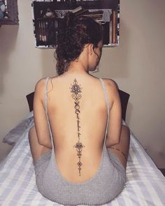 Cool And Amazing Back Tattoo Designs You Want To Show Off In Summer; Back Tattoos; Tattoos On The Back; Back Tattoos Spine, Spine Tattoos For Women, Beautiful Tattoos For Women, Beautiful Beautiful, Spine Tattoo Girls, Henna Back Tattoos, Ladies Back Tattoo, Female Spine Tattoos, Feminine Back Tattoos