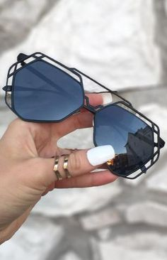 Arrest Me Sunnies - Black These women Topfoxx Sunglasses are reflective eyewear in black. These are great for different kinds of face shapes with a aviator vibe. Cute on teens and adults! Trending Sunglasses, Stylish Sunglasses, Cat Eye Sunglasses, Mirrored Sunglasses, Sunglasses Women, Black Women Fashion, Womens Fashion, Fashion Fall, Lunette Style