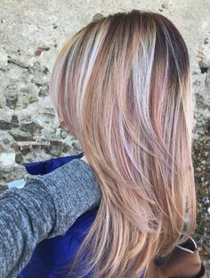 Rose gold hair Blonde Shadow root Pink Rose Balayage - All About Hair Color And Cut, Hair Color Dark, Blonde Color, Cool Hair Color, Hair Colors, Rose Gold Hair Blonde, Rose Blonde, Pink Hair, Grey Hair