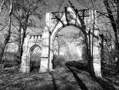 BRÁNA / THE GATE (2014) gabriela urbexová ZÁMEK BOZKOWIE, POLSKO