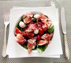 Salada de Figo, Mussarela de Búfala, Parma, Tomate Cereja e Rúcula com molho de Limão Siciliano, Mel e Pimenta moída