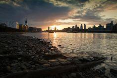 London Sunset  London – die härteste Stadt Europas  So funktioniert London: Reiche haben sich eine Parallelwelt geschaffen; eine Stadt in der Stadt, die ihren eigenen, gnadenlosen Gesetzen folgt. Niemanden störte das – bis jetzt. Was ist passiert?