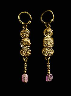 Due orecchini in oro da Puente Genil. Two gold pendants from Puente Genil, Spain.