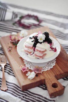 Tiramisu mit weißer Schokolade und Holunderbeerkompott